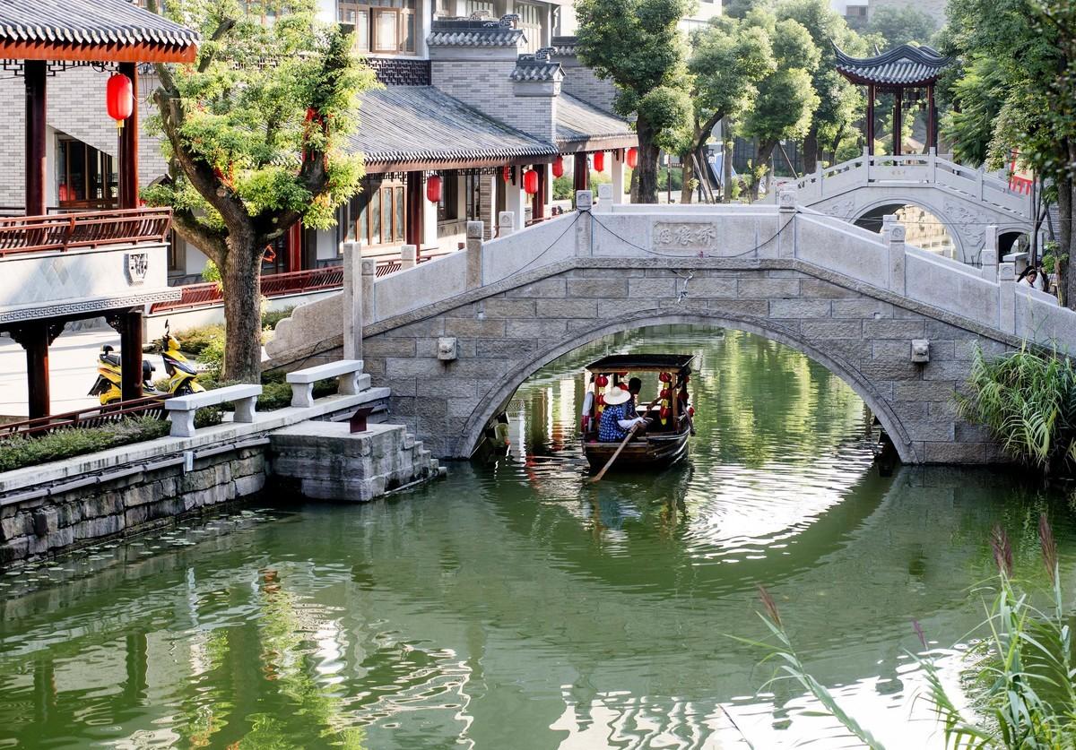 四川成都花了20億元打造的仿古小鎮,如今卻成了一座空蕩蕩的「鬼」城。圖為龍潭水鄉在2013年剛剛開業時的景象。(大紀元資料室)