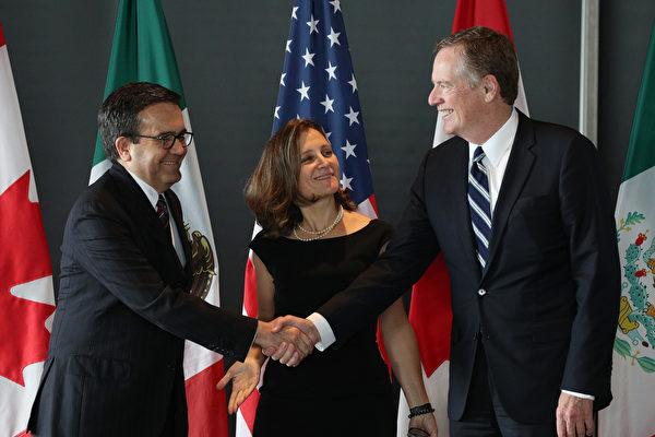 9月30日午夜最後期限前,美國和加拿大達成協議,更新北美自由貿易協定(NAFTA)。圖左至右分別為墨西哥經濟部長瓜哈爾多(Ildefonso Guajardo Villarreal)、加拿大外長方慧蘭(Chrystia Freeland),以及美國貿易代表萊特希澤(Robert Lighthizer)。(LARS HAGBERG/AFP/Getty Images)