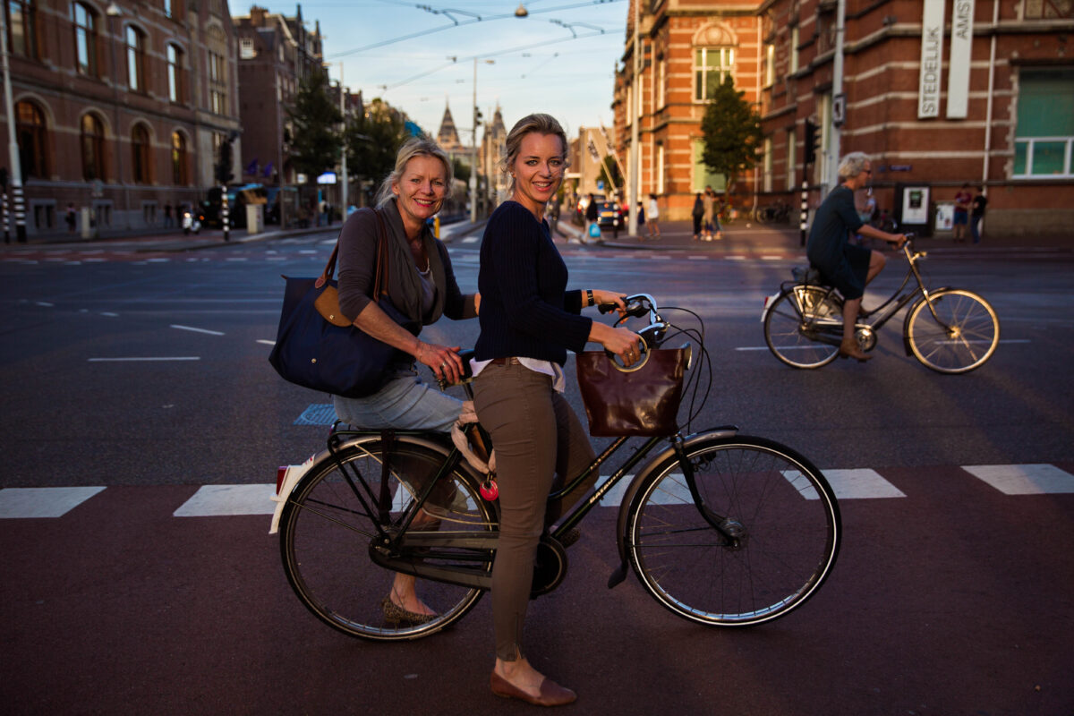 荷蘭阿姆斯特丹街頭的母女。(米哈艾拉提供)