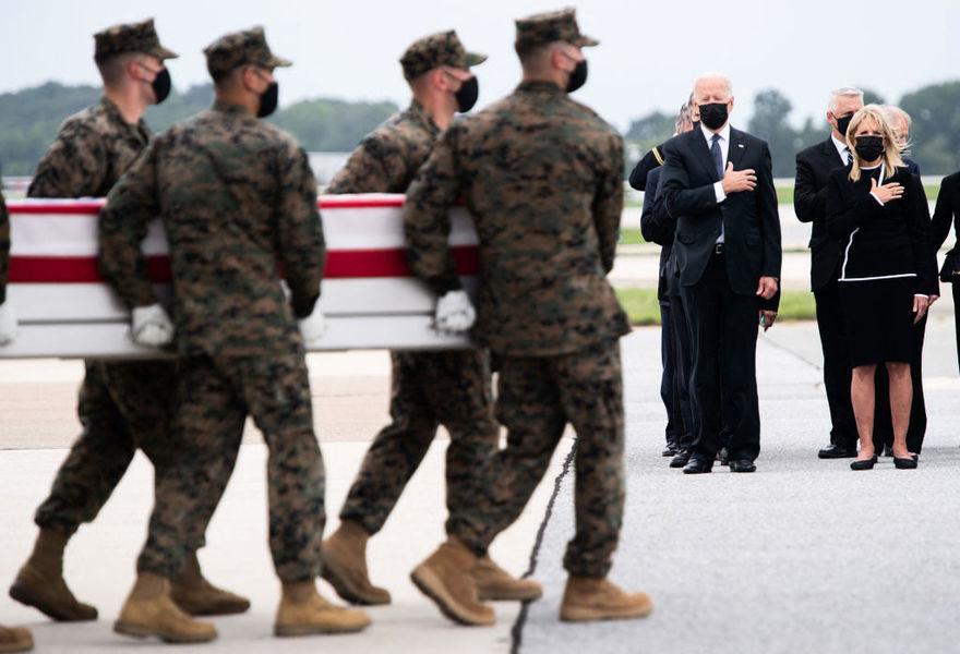 阿富汗陣亡美軍抵美 拜登前往軍事基地迎接