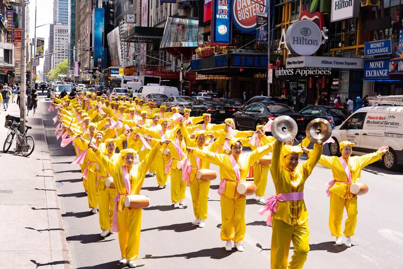 紐約近萬人大遊行放射慈悲能量 各國觀眾喜愛