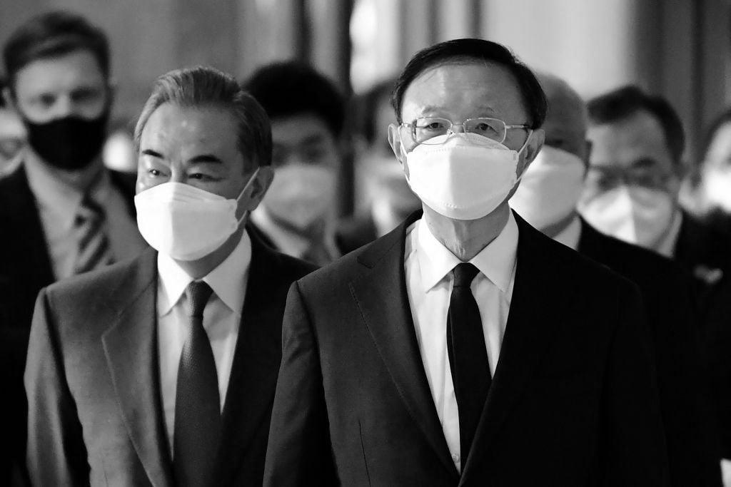 3月18日,中共外交事務委員會主任楊潔篪(右)和中共外交部長王毅(左)在阿拉斯加舉行的美中會談開幕式上與美國同行會晤。(FREDERIC J. BROWN/POOL/AFP via Getty Images)