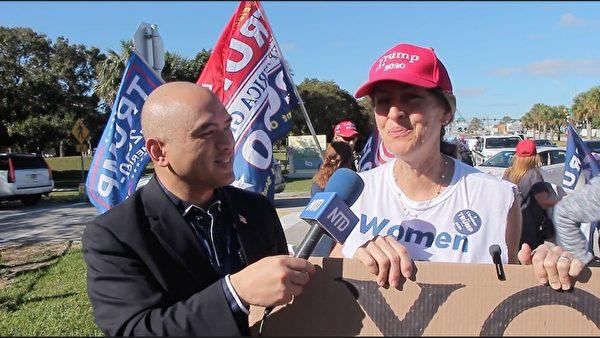 1月20日,佛州畫家辛西婭·泰勒(Cynthia Tylor) 表示,自己來迎接特朗普總統,是因為她支持特朗普總統所捍衛的很多理念。(新唐人)