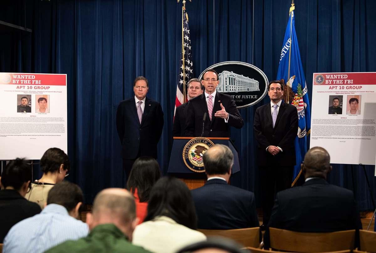 美國司法部,聯邦調查局以及國防部星期四(12月20日)對進行全球網絡攻擊活動的兩名中共黑客提出指控,圖為美國司法部副部長羅森斯坦(Rod J. Rosenstein)在12月20日的新聞發佈會現場。(NICHOLAS KAMM/AFP/Getty Images)