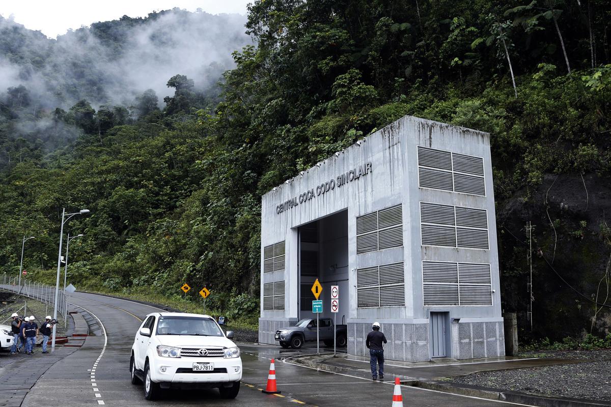 厄瓜多爾的一個中共國企出資並承建的大壩近期引發媒體關注。其地點在一座活火山下,官員和地質學家警告說,一場地震就能將其抹去。圖為這個名為「科卡科多辛克雷水電站」的大壩外部景觀。(CRISTINA VEGA/AFP/Getty Images)