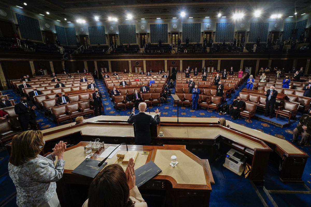 2021年4月28日,在華盛頓特區的美國國會大廈,總統祖·拜登在國會聯席會議上進行就任以來的首次國會演講,副總統卡馬拉·哈里斯和眾議院議長南希·佩洛西在他身後。(MELINA MARA/POOL/AFP via Getty Images)