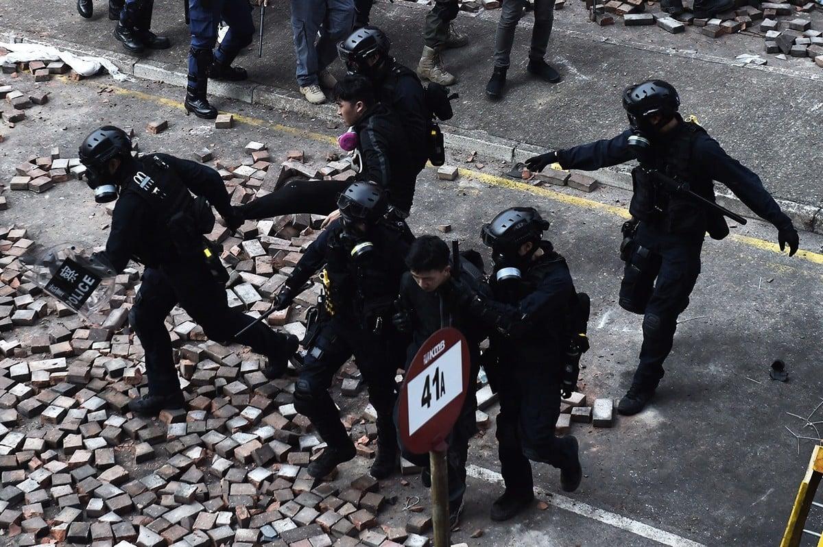11月18日,被圍困在香港理工大學裏的抗議者嘗試突圍,但警方狂發催淚彈,或抓捕抗議者。(YE AUNG THU/AFP via Getty Images)