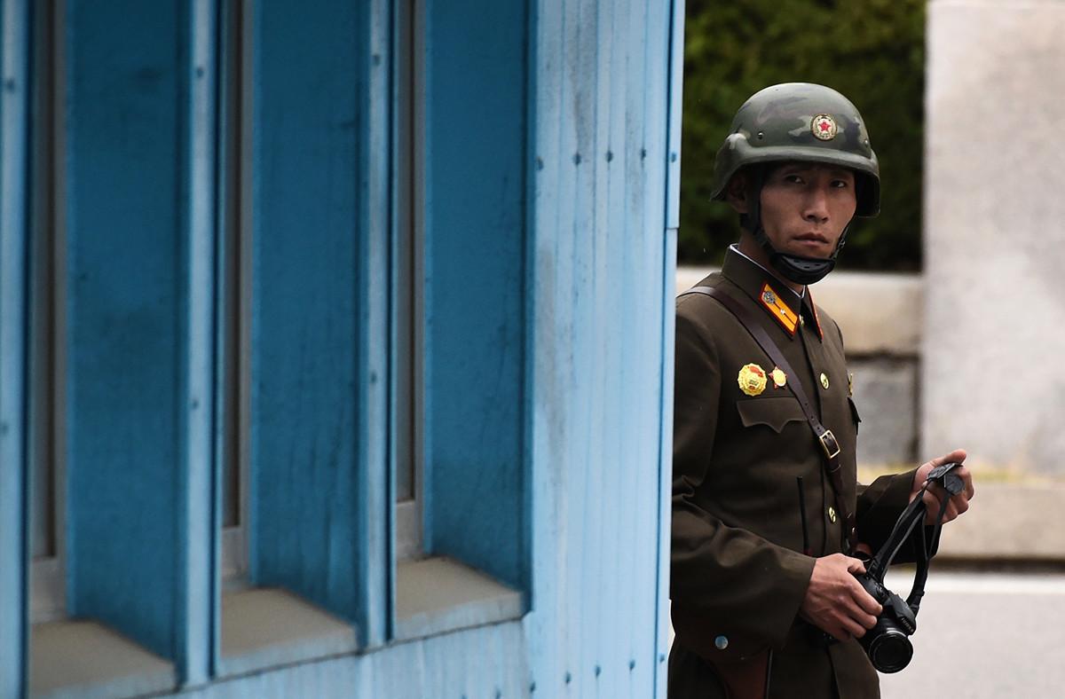 南韓軍方表示,一名北韓士兵在7月31日晚上越過韓朝邊境上的非軍事區,向南韓投誠。圖為2017年4月17日,美國副總統彭斯(Mike Pence)訪問板門店時,一名北韓士兵對南韓這一側進行觀察。(JUNG YEON-JE/AFP/Getty Images)