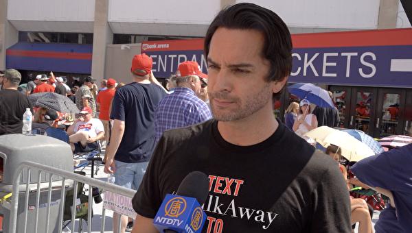 2019年8月1日,「離開」Walkaway運動發起人布蘭登‧斯特拉卡在俄亥俄州辛辛那提的美國銀行競技場外參加「讓美國繼續偉大」集會。(Lei Chen/NTD)