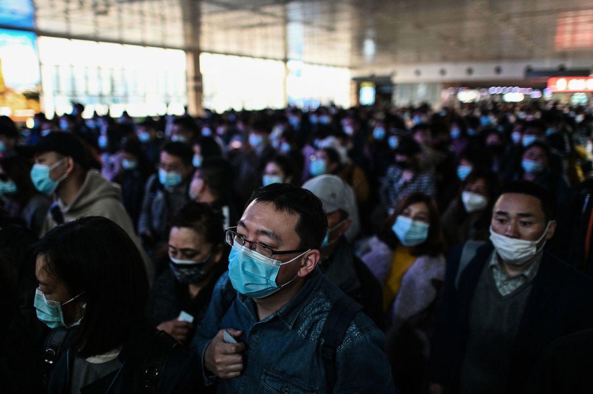 2021年4月2日早高峰時,上海地鐵9號線故障,登上熱搜。圖為2021年3月23日乘客搭乘上海地鐵的情況。(HECTOR RETAMAL/AFP via Getty Images)