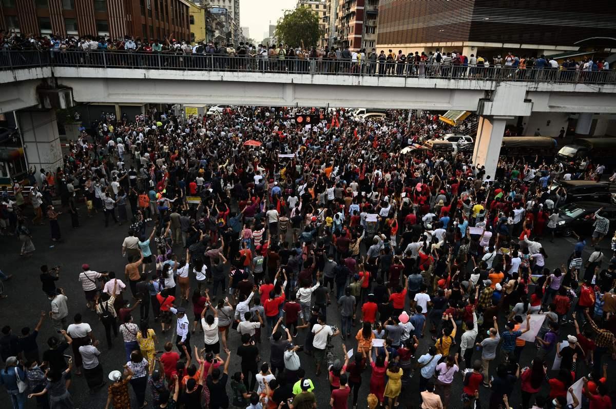 緬甸最大城市仰光周六(2月6日)爆發了自軍方發動政變以來規模最大的抗議遊行,數千人走上街頭譴責政變,要求軍方釋放民選領導人昂山素姬。緬甸軍方為了壓制抗議者採取了網絡封鎖措施。(YE AUNG THU/AFP via Getty Images)