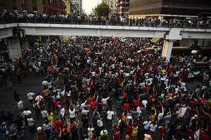 仰光發生大規模抗議示威 緬甸軍方切斷網絡