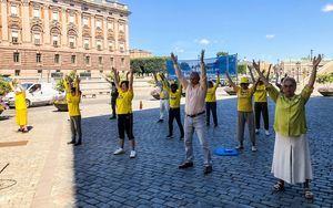 瑞典首都法輪功真相點 民眾簽名制止中共迫害