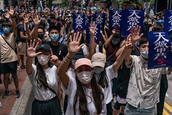 圖為香港人遊行反對中共強推「港版國安法」。(ANTHONY WALLACE/AFP via Getty Images)