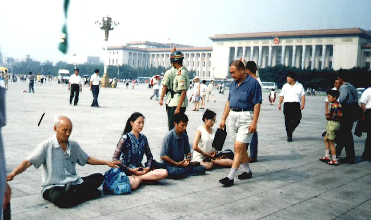 2000年7月,安媛(左二)到天安門廣場和平請願。(明慧圖片網)