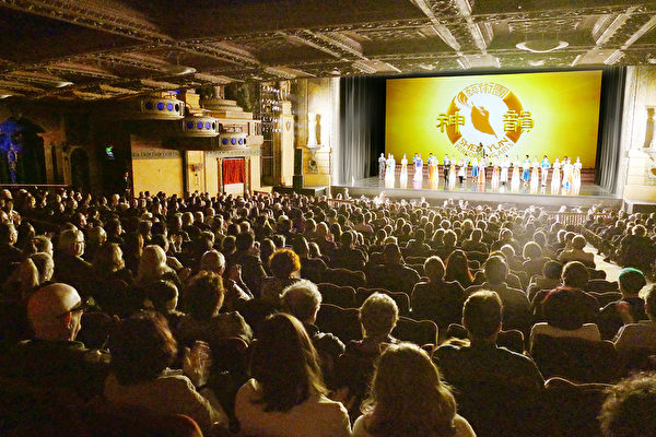 3月14日下午,神韻藝術團在悉尼帝苑劇院向觀眾謝幕。(安平雅/大紀元)