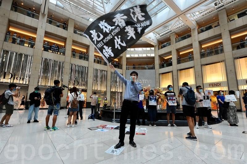 2020年5月26日中午有港人在中環置地廣場發起「和你lunch」,為5.27三罷響起前奏,並號召大眾支持,在國安法來臨前堅持反抗。(宋碧龍/大紀元)