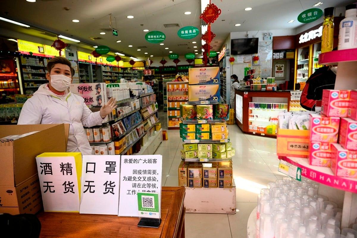 圖為2020年2月1日北京的一家藥房,店內酒精和口罩都已售罄。(Noel Celis/AFP via Getty Images)
