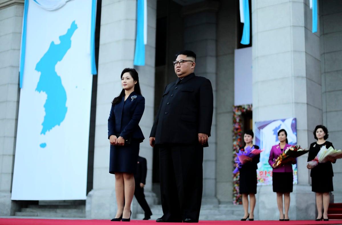 2018年9月18日,金正恩偕同李雪主在平壤等候南韓總統文在寅夫婦的到訪。(Pyeongyang Press Corps/Pool/Getty Images)