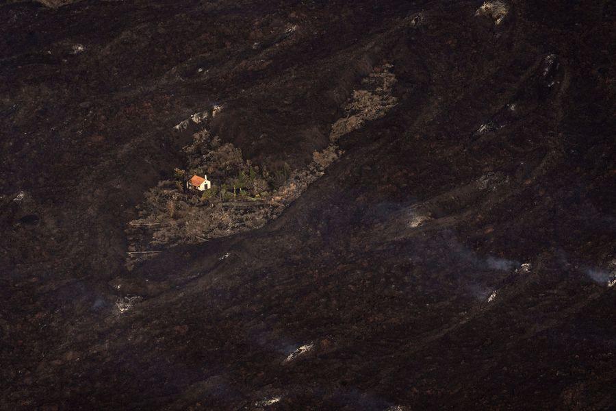 火山熔岩橫掃西班牙小島 獨留「奇蹟之屋」