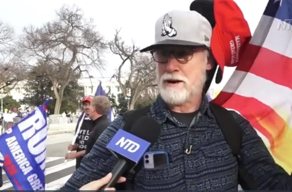 來自德州達拉斯的德魯·迪爾(Drew Deal)參加了2020年12月12日在華盛頓舉行的抗議竊選活動。(新唐人截圖)