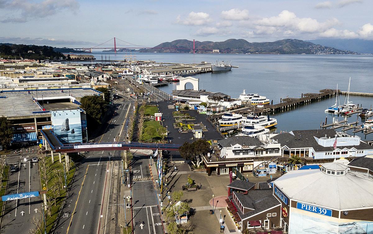 2020年3月19日,加州州長發佈封城令,要求所有(4000萬)居民即日起「待在家裏」,直到接獲進一步通知為止,以遏制中共病毒(武漢病毒、新冠病毒)的傳播。圖為3月17日空蕩的漁人碼頭。(Photo by Josh Edelson / AFP)
