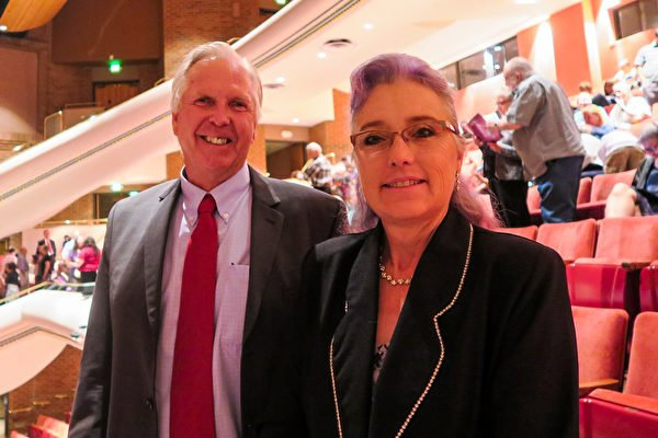 2021年7月31日晚間,營造商Lance Jones(左一)在美國科羅拉多州格里利市(Greeley)蒙福特音樂廳觀賞神韻巡迴藝術團的演出。(楊少玉/大紀元)
