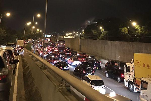 香港市民在推特上留言,自己被塞車4個小時,所有的車輛都是要前往中文大學,為學生提供支持。(Denise Ho(HOCC)/推特帳戶)