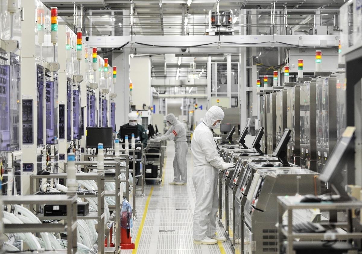 國際半導體產業協會(SEMI)日前預估,台灣半導體設備在2020年持續蟬聯全球最大市場,仍有相當大的競爭力。圖為半導體工廠。 (KAZUHIRO NOGI/AFP via Getty Images)