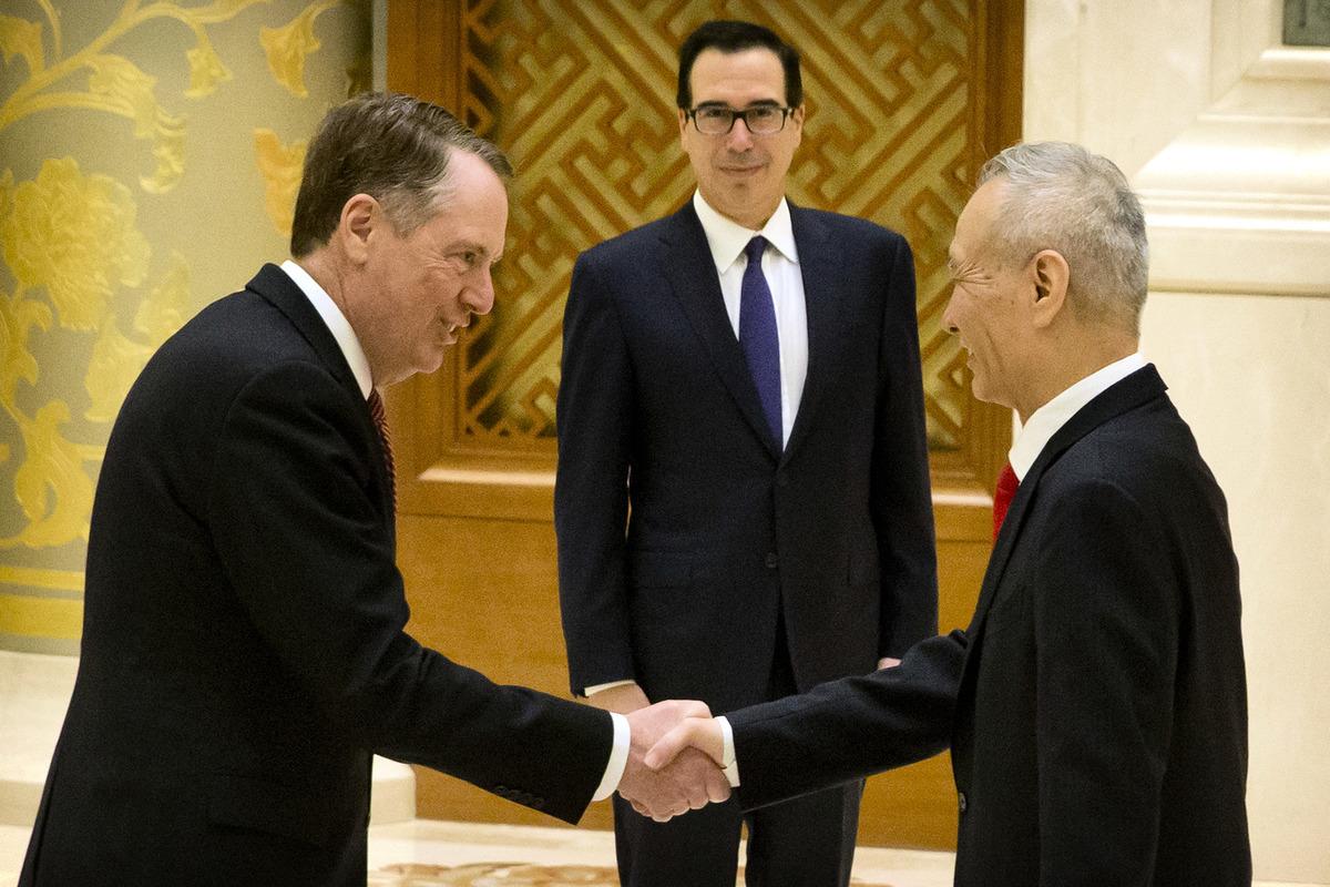 2月14日,美國貿易代表萊特希澤(左起)、財長姆欽和中共副總理劉鶴在北京會談前合照。(MARK SCHIEFELBEIN/AFP)