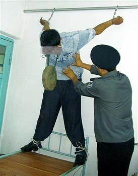 中共酷刑示意圖:吊銬、掛重物。(明慧網)