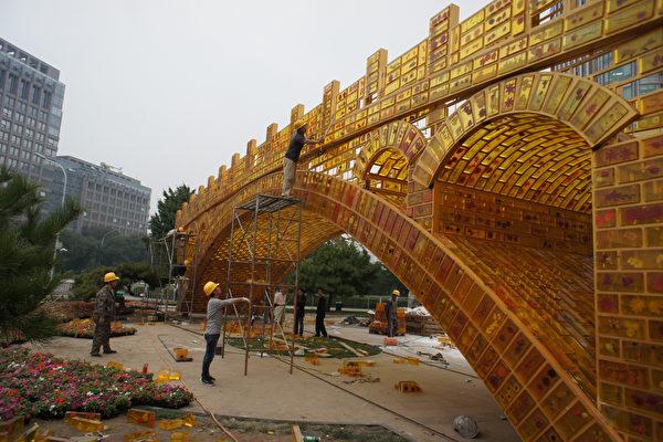 巴基斯坦的第一條地鐵線路「橙線」(Orange Line),是中共對巴基斯坦的620億美元投資計劃的首批項目之一。北京本希望將其塑造成「一帶一路」的樣板工程,但巴國為此債台高築,有倒債風險,恐令中共「一帶一路」偏離預定方向。(VCG/VCG via Getty Images)