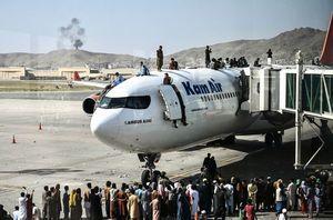 阿富汗民眾爬上飛機逃離 首都機場混亂多人喪生
