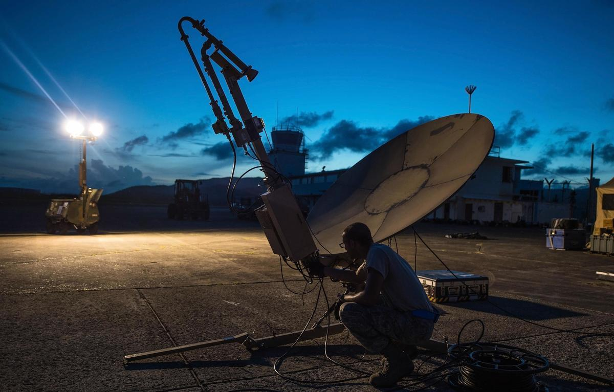 美國、印度將在周二(10月27日)簽署一項軍事協議,共享敏感的衛星數據。圖為美軍通信技術員在檢查衛星通信天線。 (U.S. Air Force photo by Staff Sgt. Robert Hicks)
