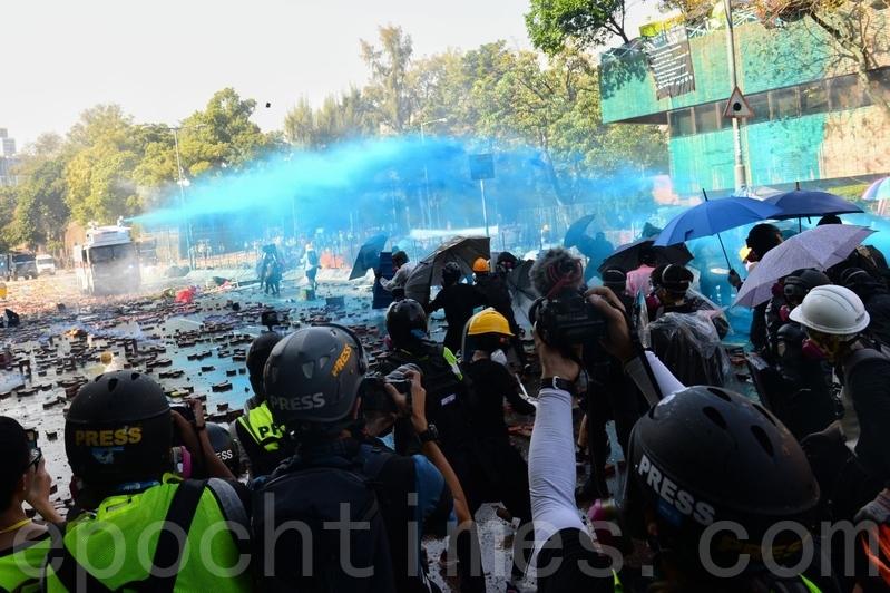 香港局勢再次升級,港警包圍理工大學,數百抗議者被困。圖為2019年11月17日下午,香港理工大學現場,防暴警察出動兩架水炮車、一架裝甲車清場,同時發射催淚彈。(孫明國/大紀元)