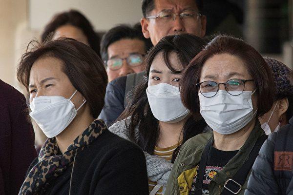 1月29日,洛杉磯國際機場,從亞洲抵達美國的旅客人人戴上口罩。(Photo by MARK RALSTON/AFP via Getty Images)
