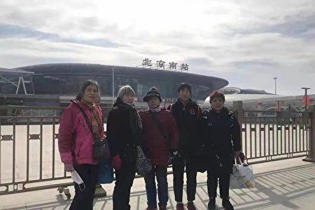 2021年2月19日,上海四訪民在北京公安部外面被京警察攔截後交給上海駐京辦等待遣返。(受訪者提供)