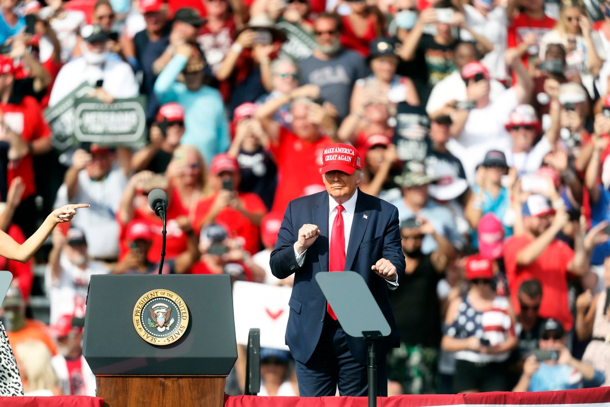 外媒分析,特朗普堅守「政治制度」成為特朗普在佛羅里達州獲勝的關鍵。圖為10月29日,特朗普在佛州坦帕(Tampa)舉行競選集會,他發表演說後跳起舞來。(Octavio Jones/Getty Images)