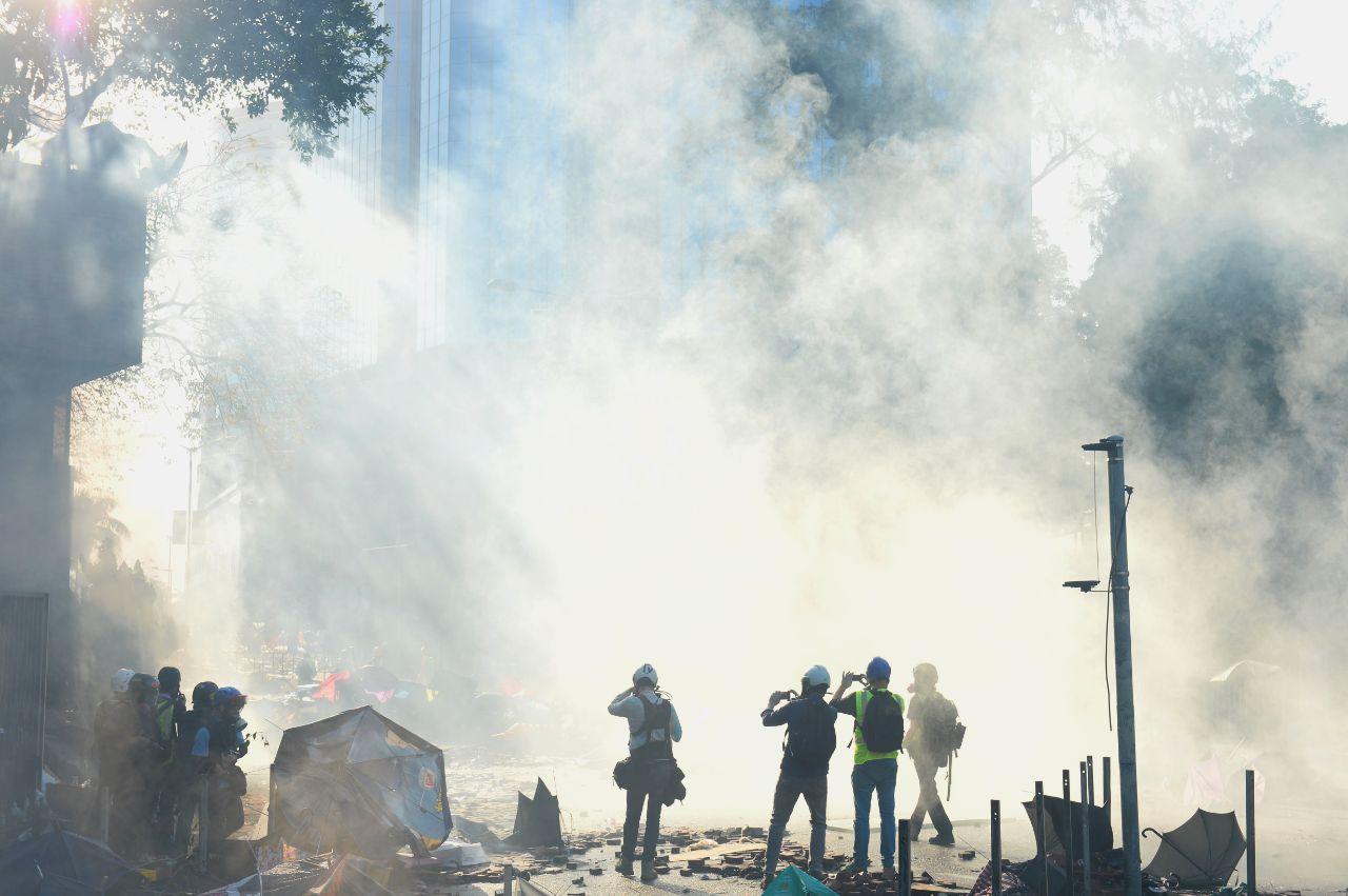 中共紅三代透露,中共計劃搞亂香港,消滅抗爭者,使其變成普通的大陸城市。圖為2019年11月18日早上,香港警察對理工大學抗爭者發射催淚彈。(宋碧龍/大紀元)