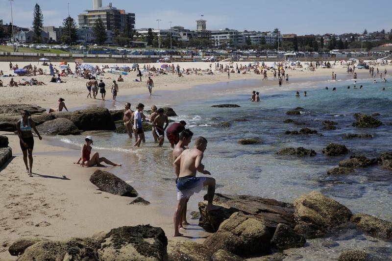 2020年11月28日悉尼開始進入熱浪高溫氣候,人們紛紛來到邦迪海灘(Bondi Beach)避暑。(Brook Mitchell/Getty Images)