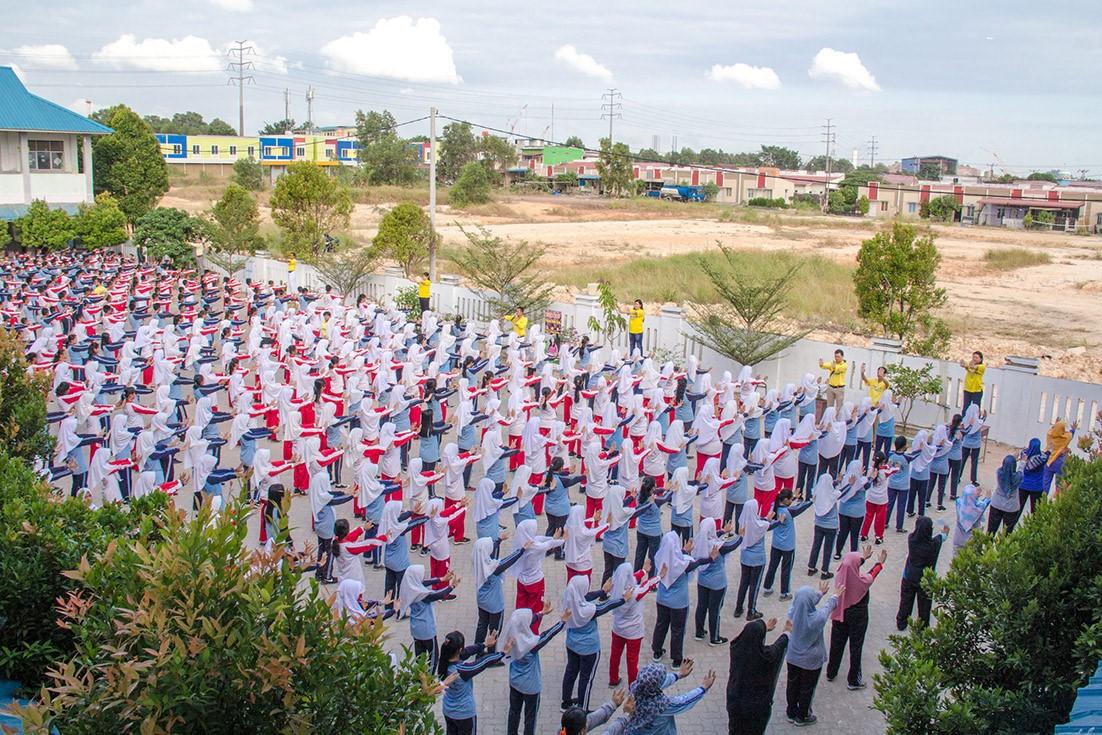 印尼巴淡島第38國立中學大約500名師生學煉法輪功。(明慧網)