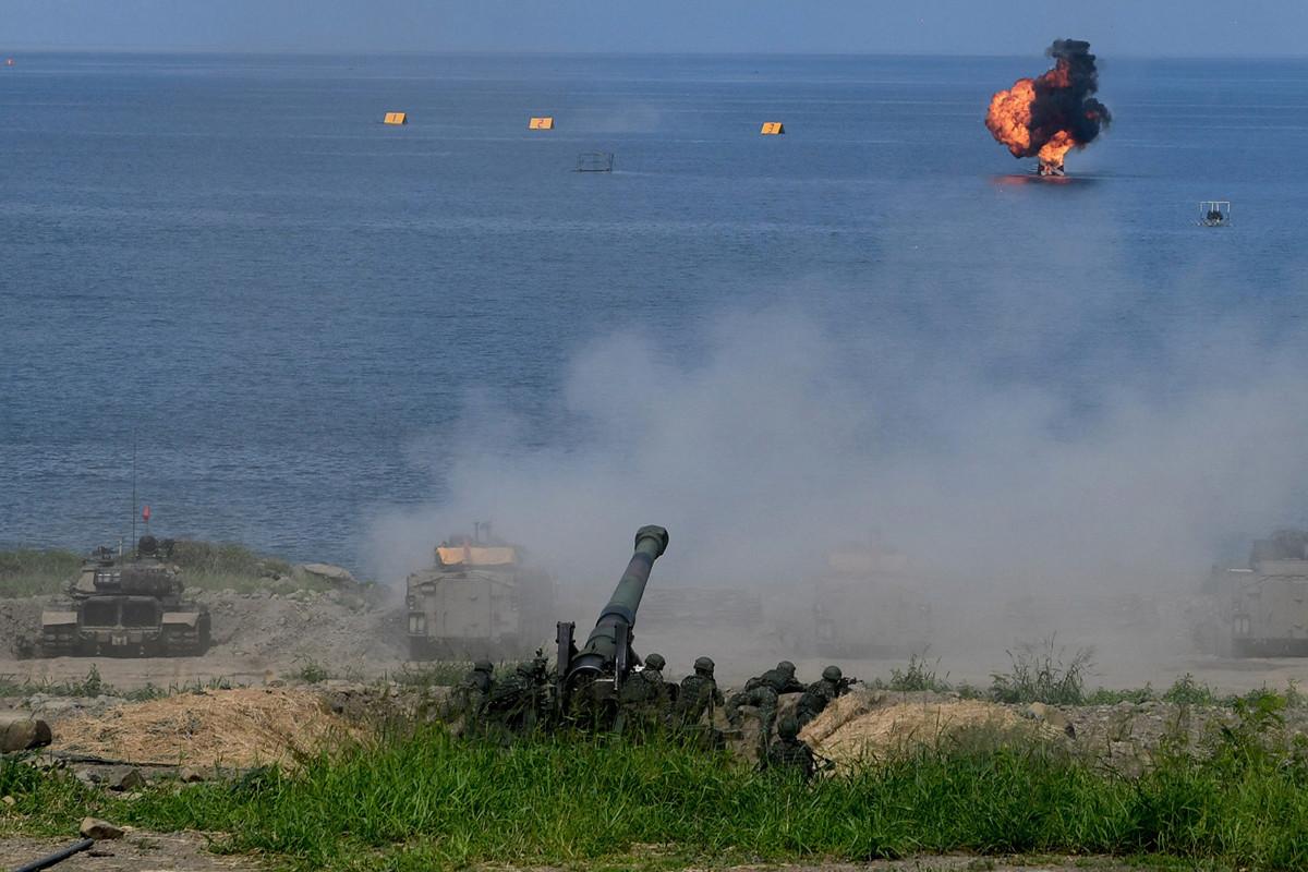 圖為2019年5月30日,在台灣屏東舉行的漢光演習中發射的火砲。(SAM YEH/AFP/Getty Images)