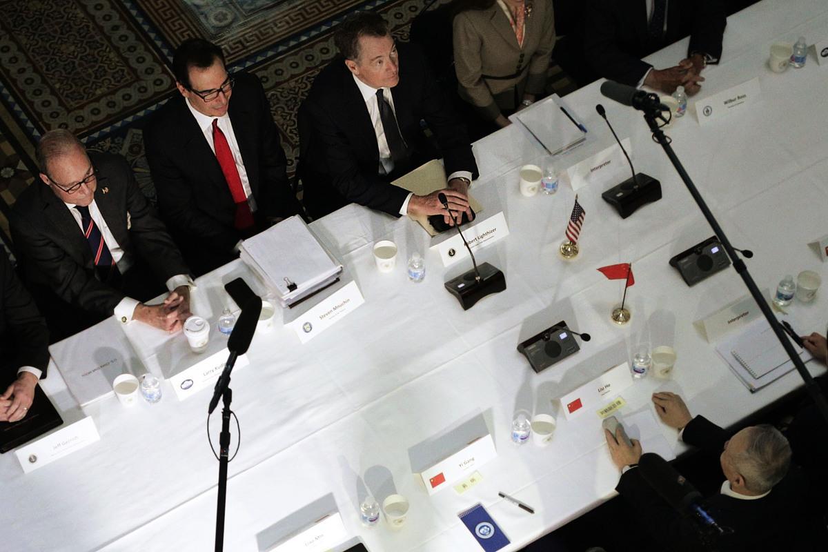 2月28日,美財長梅努欽及白宮經濟顧問庫德洛表示,多達150頁的協議文本已接近完成,如果中方同意,有機會於三月底在佛州海湖莊園召開習特會。(Alex Wong/Getty Images)