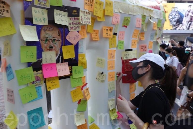 【7.21反送中組圖3】香港警總外的「水馬」連儂牆