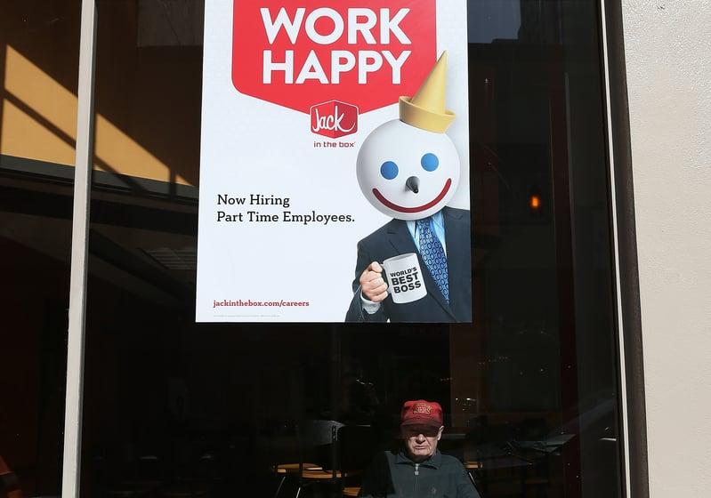 美國勞工部周五(11月6日)表示,10月失業率意外從7.9%下滑至6.9%,並新增63.8萬個工作崗位。圖為美國一處徵人廣告。(Justin Sullivan/Getty Images)