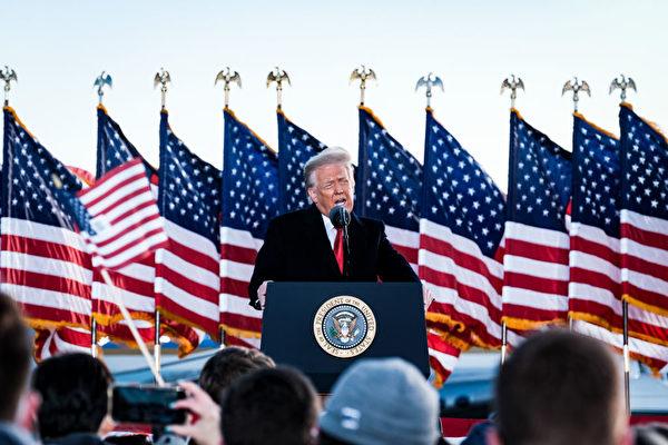 特朗普2020年1月20日早上離開白宮,飛往安德魯斯聯合基地(Joint Base Andrews)舉行離任典禮,圖為特朗普發表講話。(Pete Marovich – Pool/Getty Images)