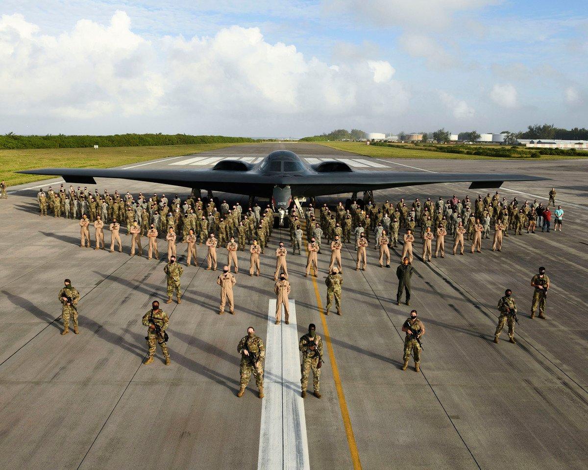 2020年8月31日,美軍第393支遠程轟炸機中隊的200多名成員、政府僱員和承包商,在印度洋的迭戈加西亞島與一架B-2隱形轟炸機合照。(Tech. Sgt. Heather Salazar/美國空軍)