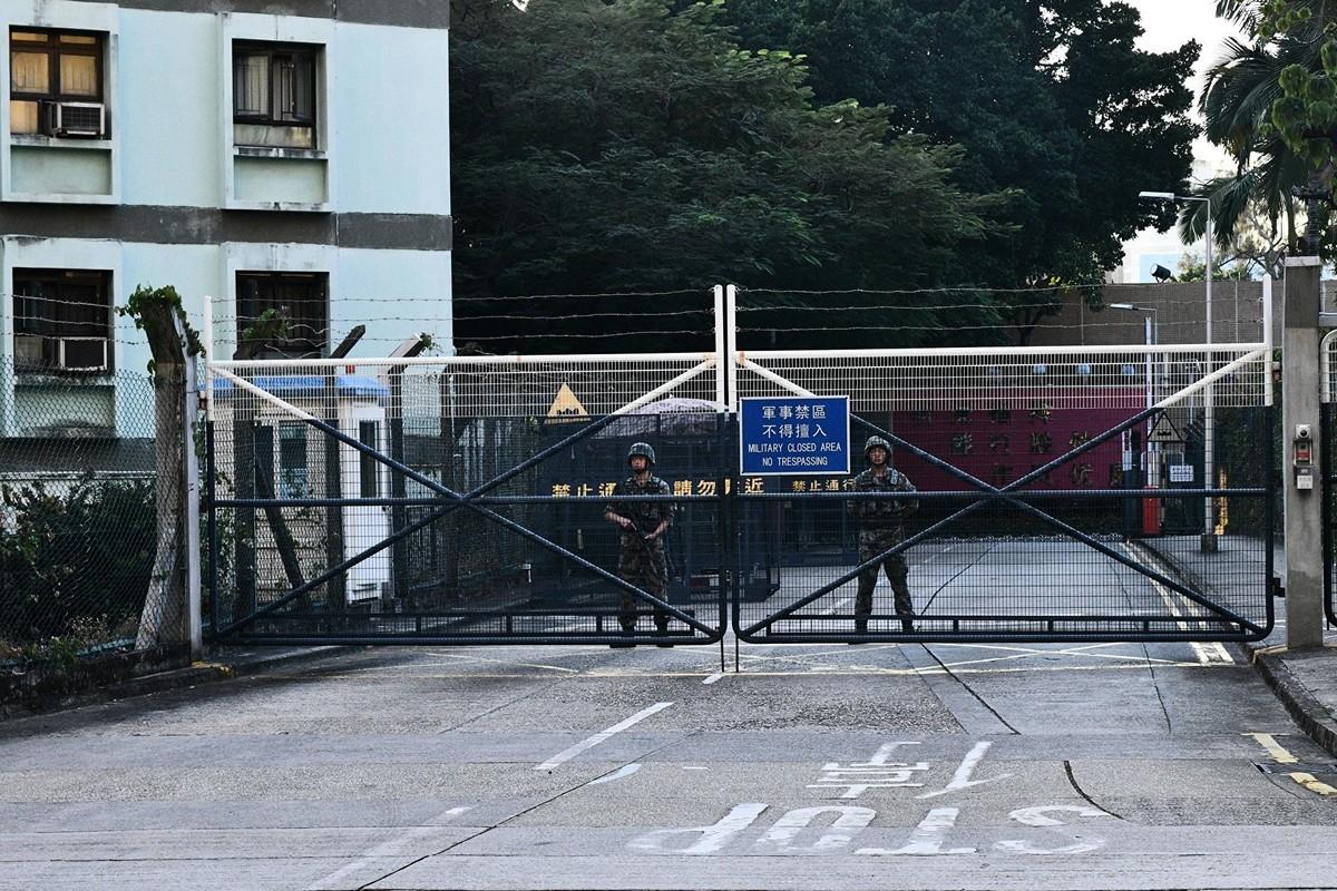 圖為2019年11月16日,中共駐香港部隊駐紮軍營所在地。當天下午,有幾十名軍人便裝外出,清理路障。這是中共軍人在香港反送中運動以來的首次集體外出。(ANTHONY WALLACE/AFP via Getty Images)