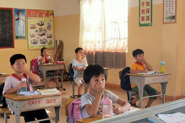 廣東吳川市樟鋪鎮石狗塘小學距離雞糞處理廠只有800米,師生每天頂著惡臭上課,校長表示,糟糕的空氣讓很多學生和老師不得不轉校,原本有200多名師生的學校,現在僅剩幾十個人。(受訪者提供)