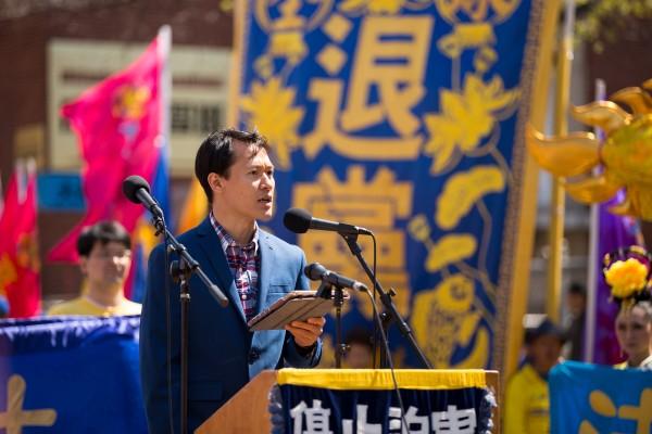 紀念4.25法輪功學員中南海和平上訪及反迫害17週年紐約遊行集會。廣州高中教師余春光先生在集會上代表三退勇士發言。(戴兵/大紀元)
